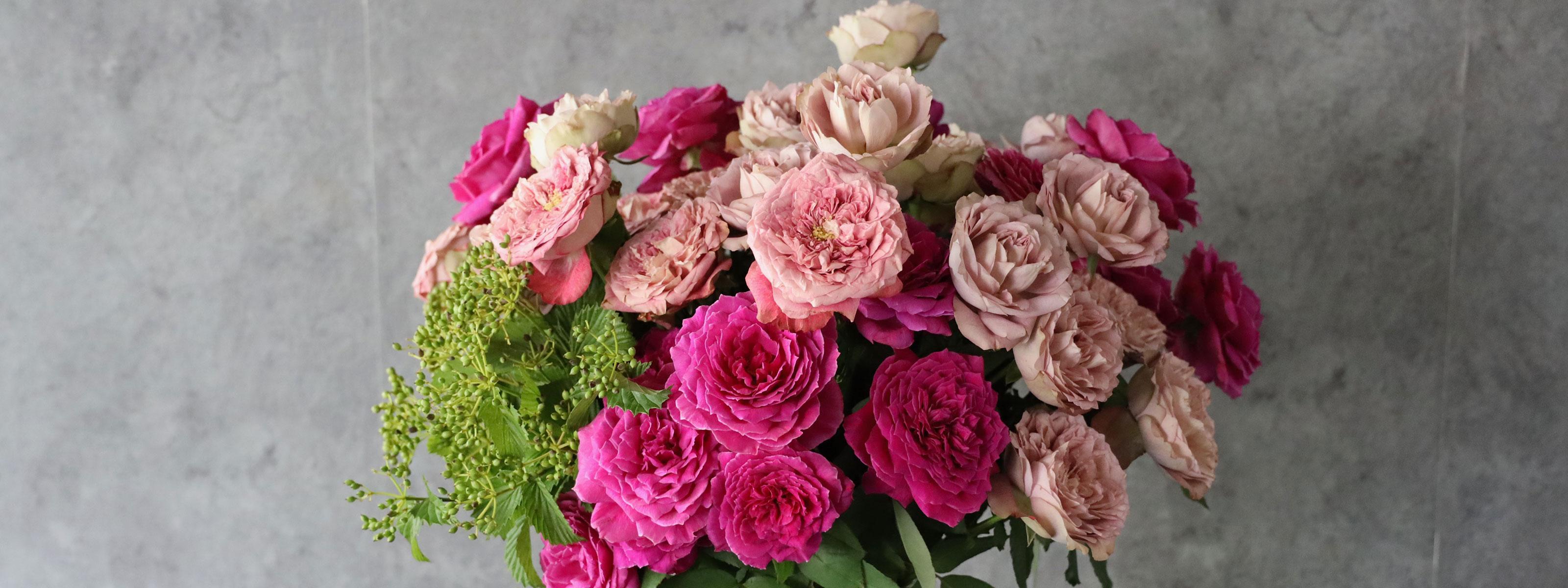 詩鳳 shion バラと季節のグリーンのシンプルな装花[色で選ぶ投げ入れ]